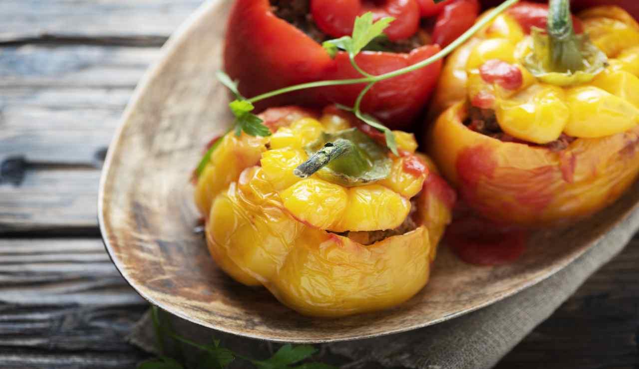 Peperoni arrostiti in friggitrice ad aria con ripieno di verdure
