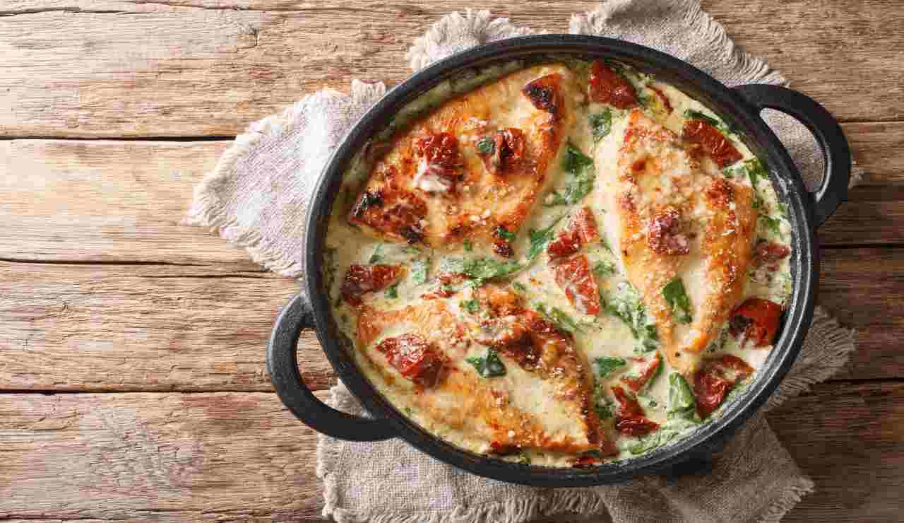 Pollo al forno con crema di formaggio pomodorini e spinaci