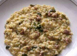 Primo di riso cremoso con verdura e insaccato