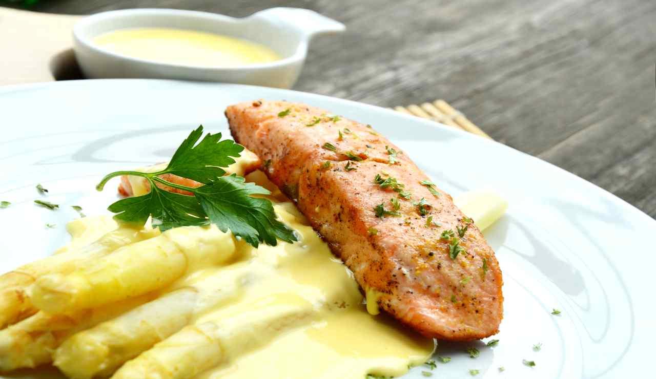Salmone grigliato con asparagi in pastella
