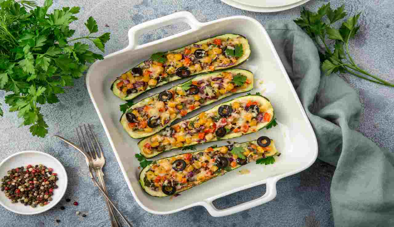 Scarpone di zucchine con peperoni cipolle e olive