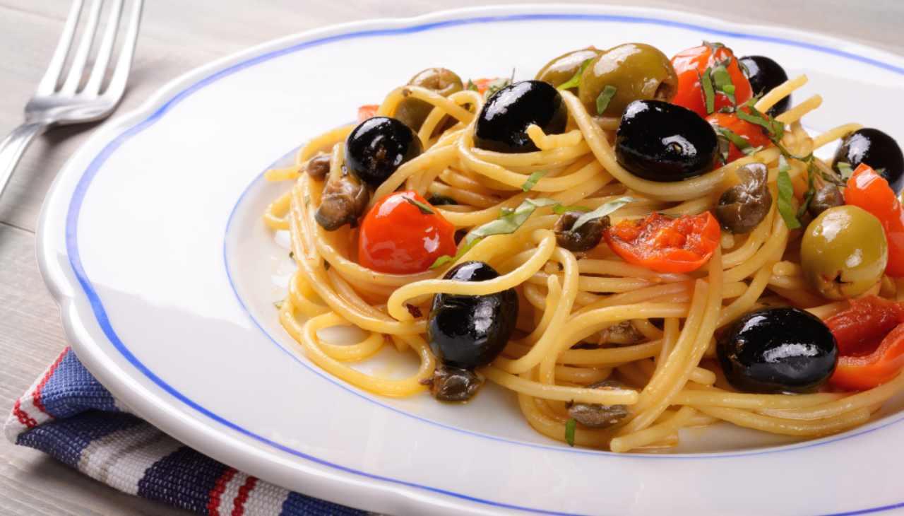 Pasta con pomodorini, olive e capperi