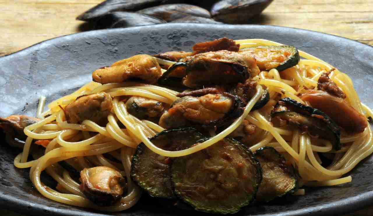Spaghetti alla nerano con frutti di mare