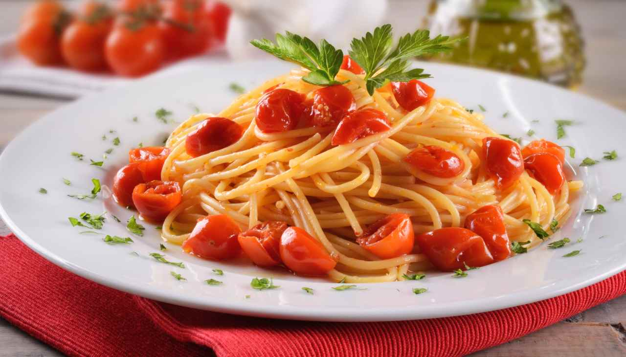 Primo con pomodori e peperoncini dolci