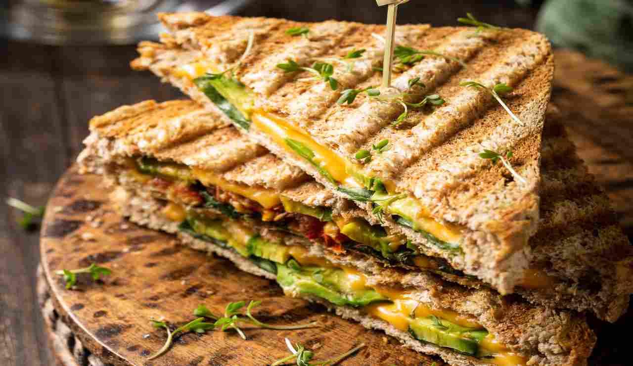 Toast ripieno di avocado e filante cheddar