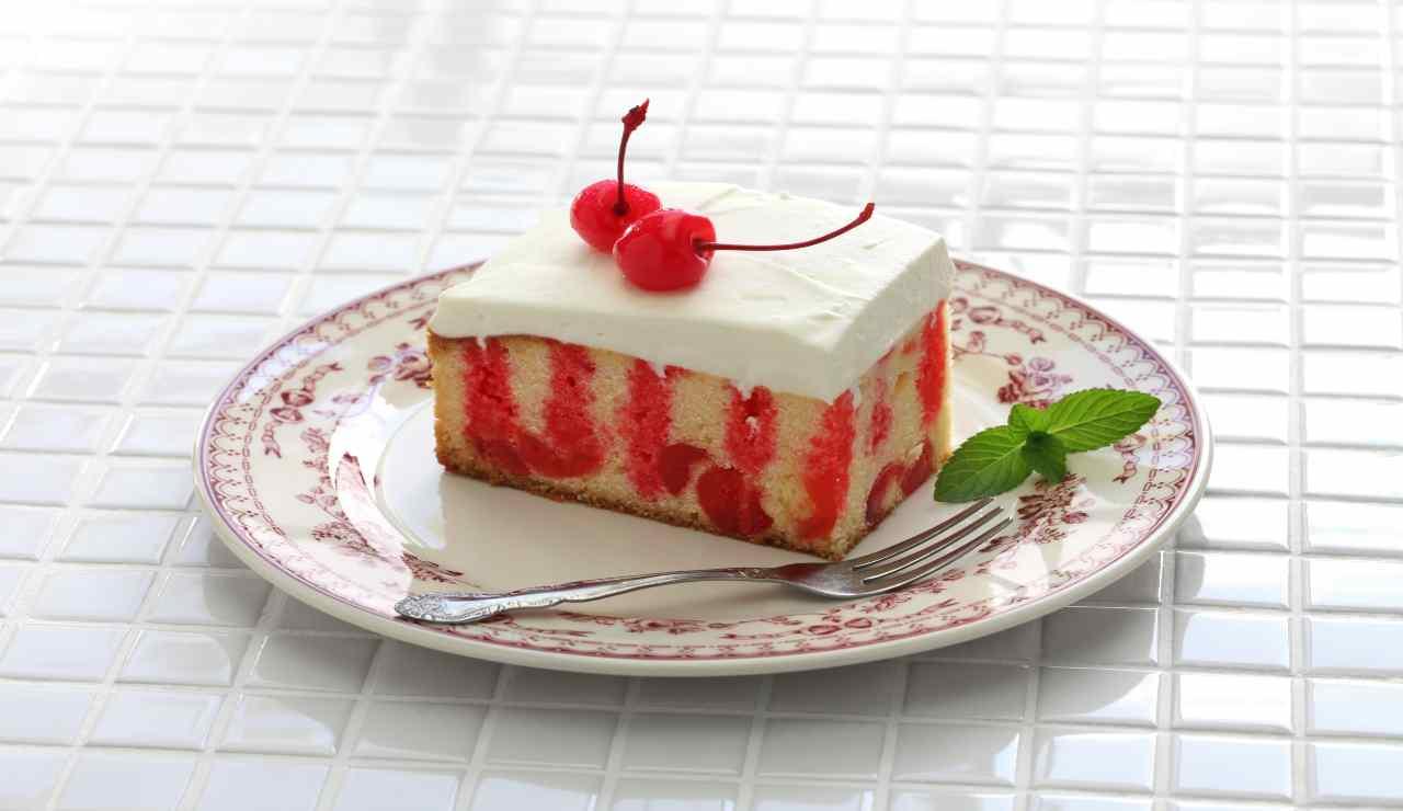 Poke cake vaniglia e vellutata di ciliegie