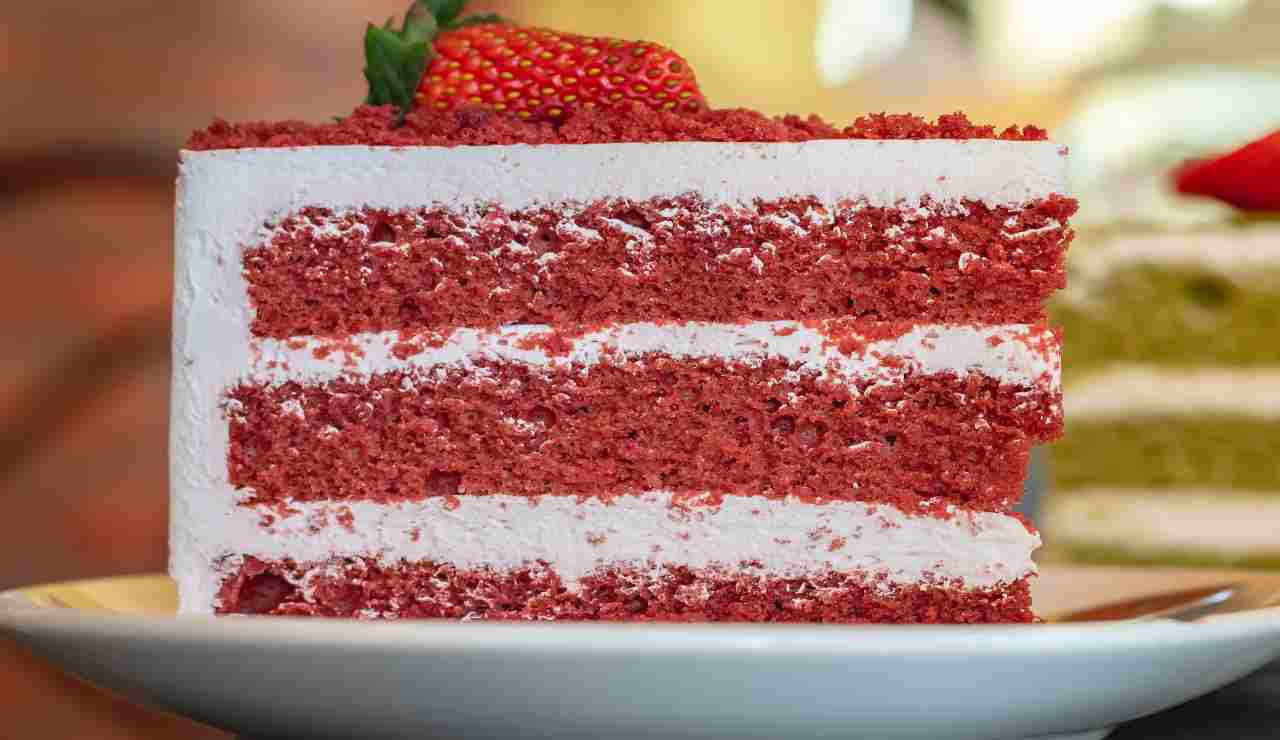 Torta fluffosa di fragole e panna vanigliata