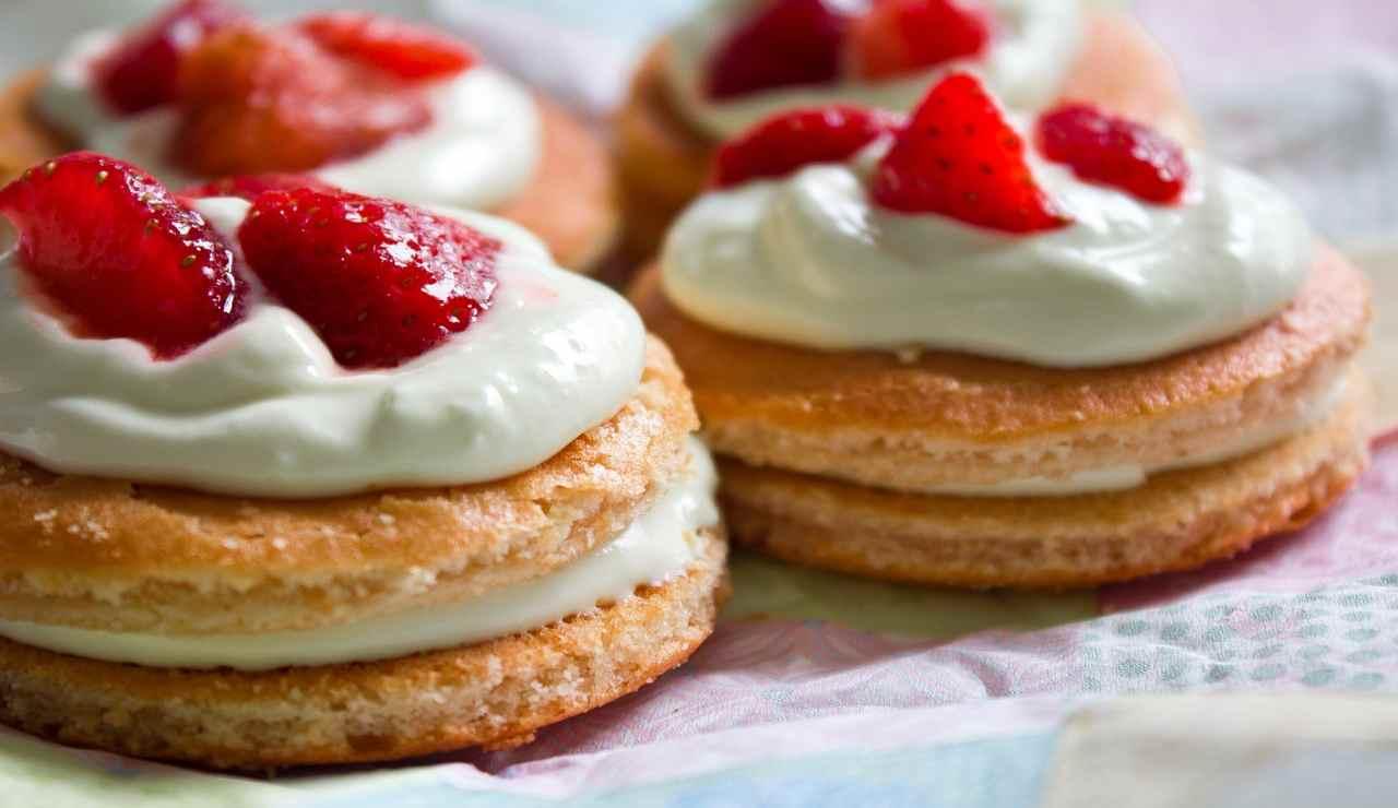 Tortine di pancake al miele con fragole dolci e panna