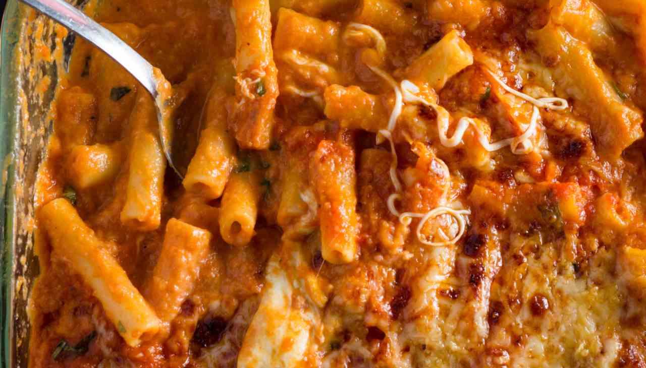 Pasta con pomodoro e formaggio