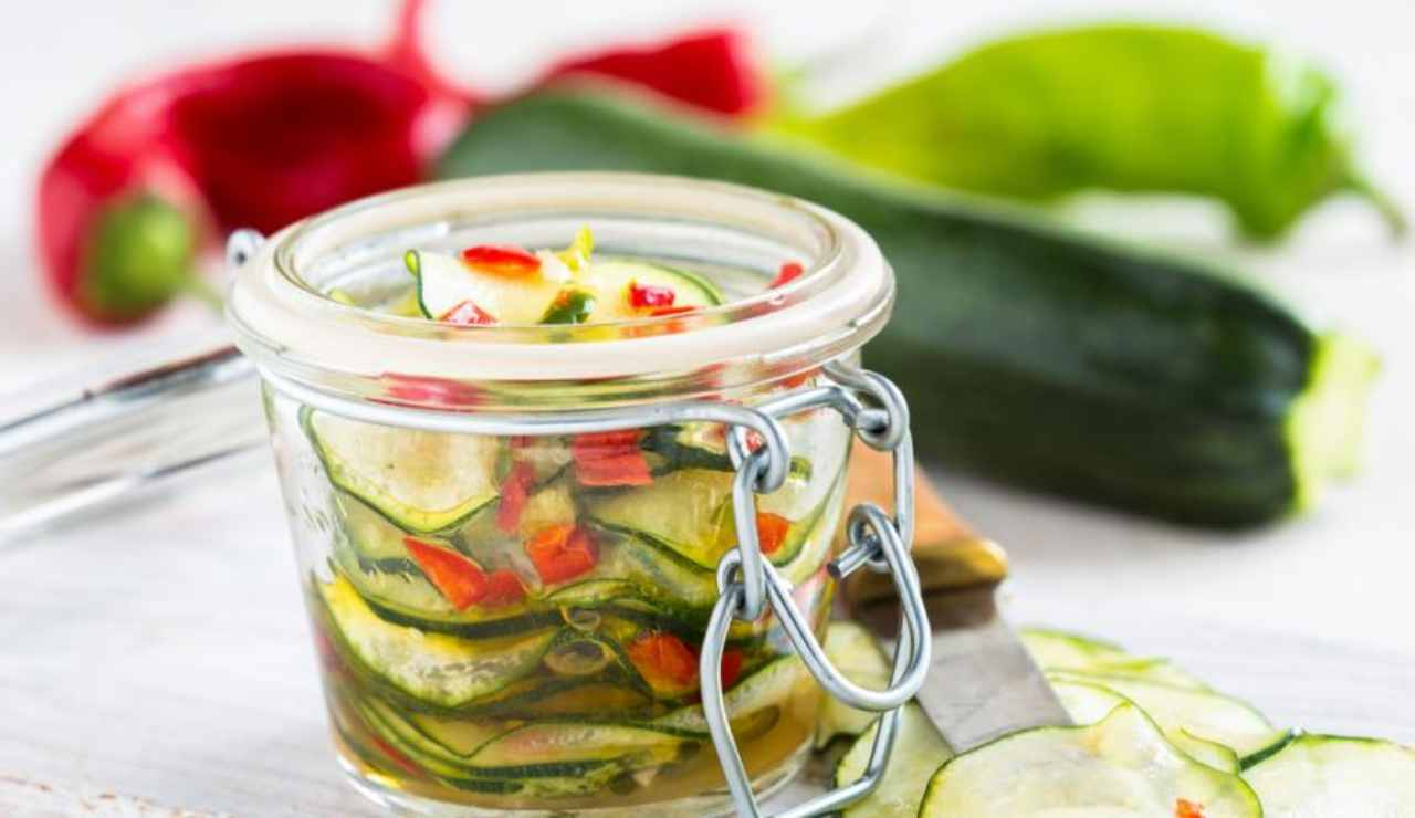 Zucchine al peperoncino sott'olio
