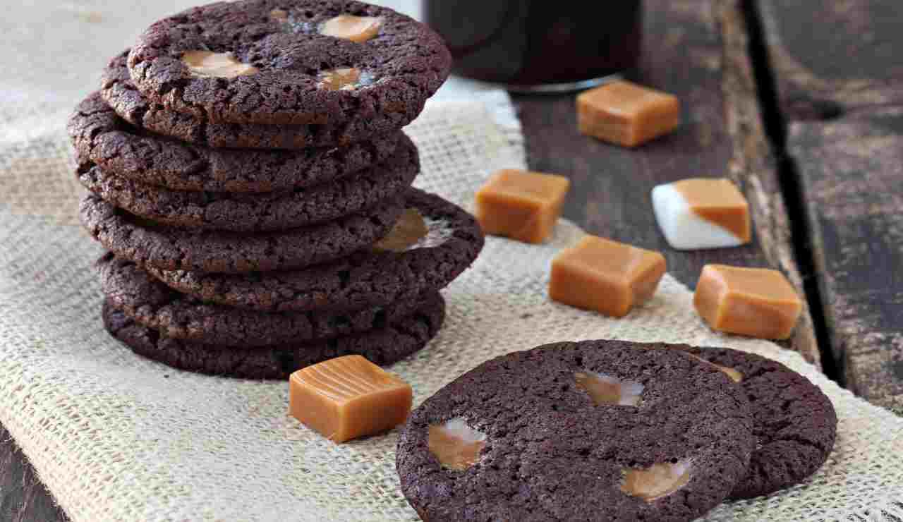 cookies al cacao con caramello