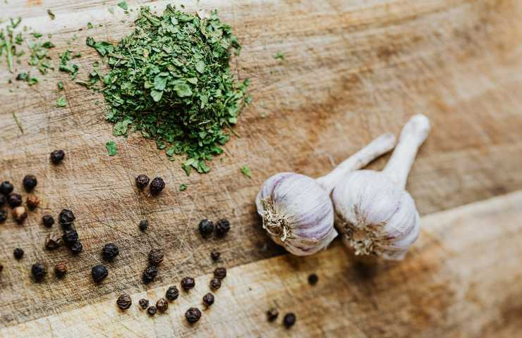 togliere odore di aglio dalle mani