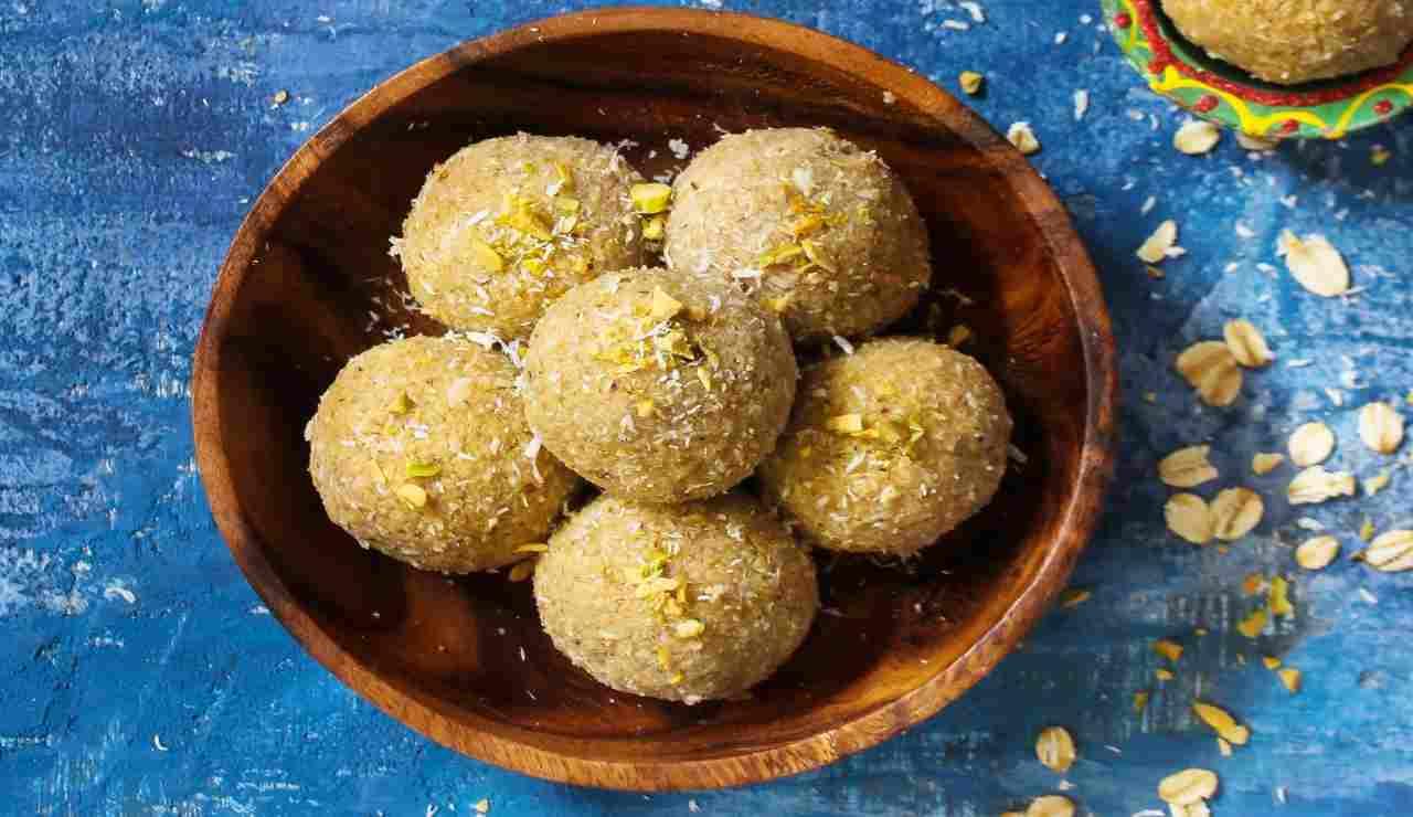 Bocconcini al cocco con cuore al pistacchio