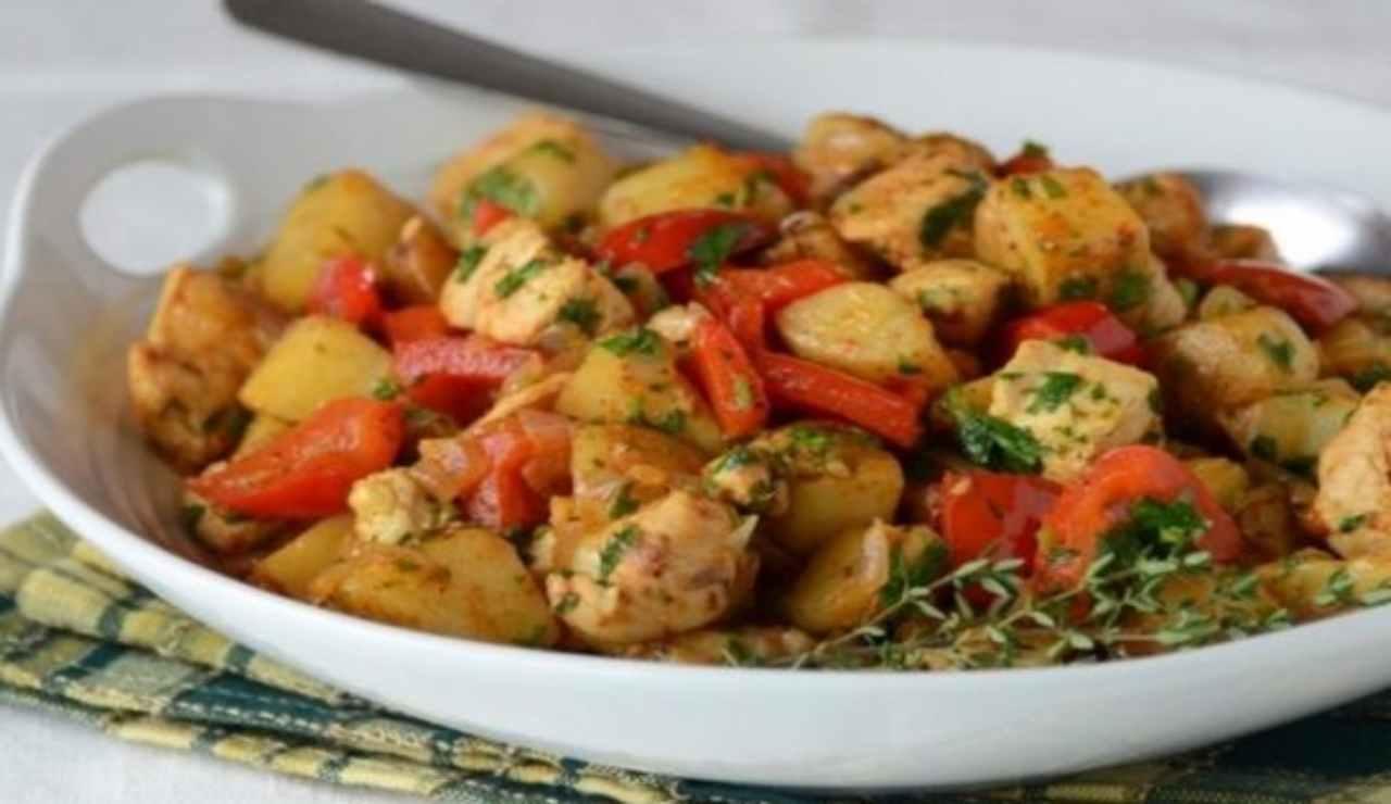 Bocconcini di tacchino in padella con peperoni e patate