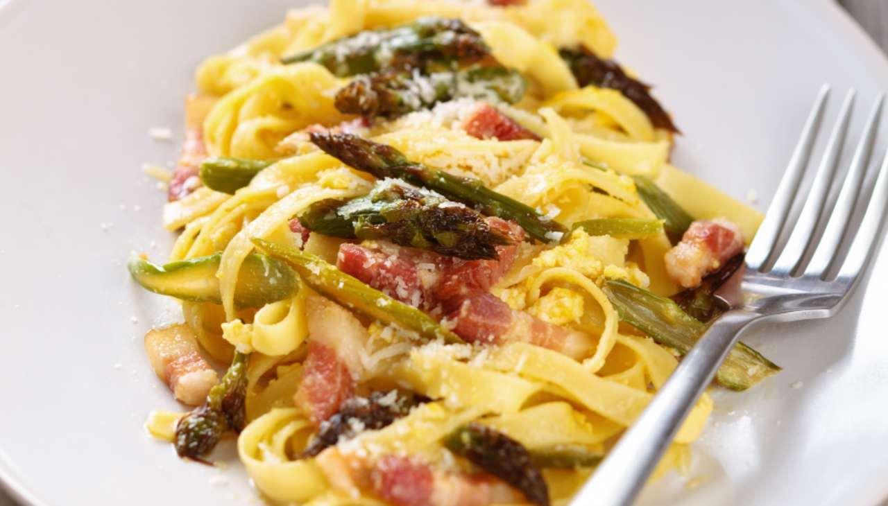 Pasta con pancetta e asparagi