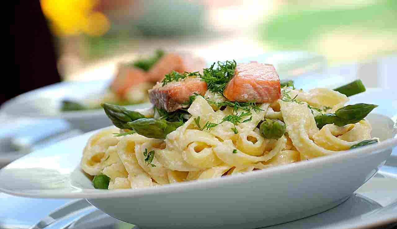 Fettuccine con asparagi besciamella e salmone