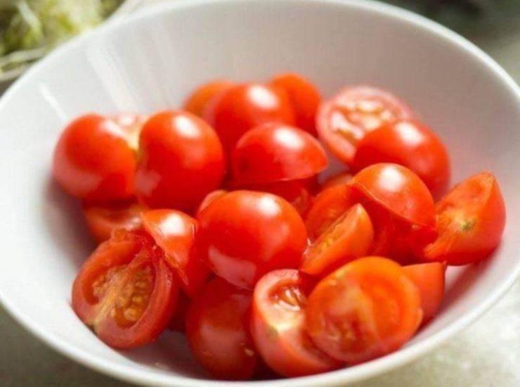 Filetti di tonno rosso in padella con cipolle olive e pomodorini ricetta