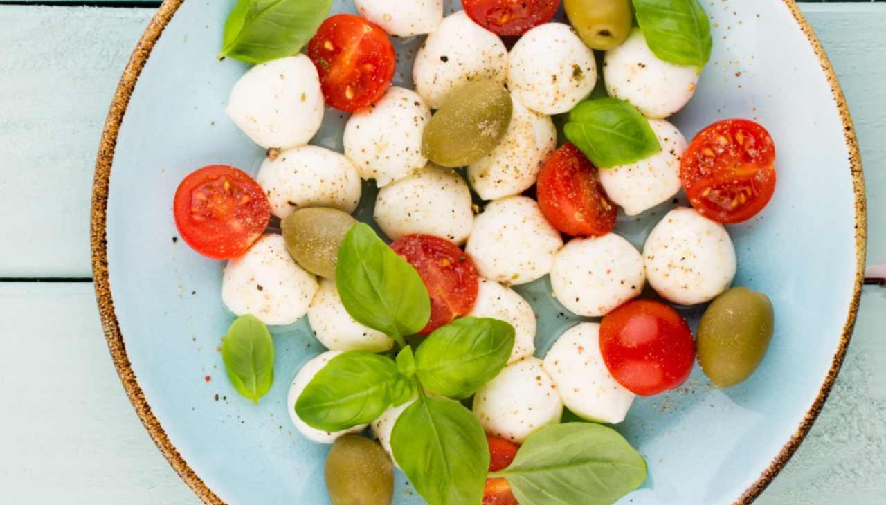 Mozzarelline e pomodorini con basilico conditi