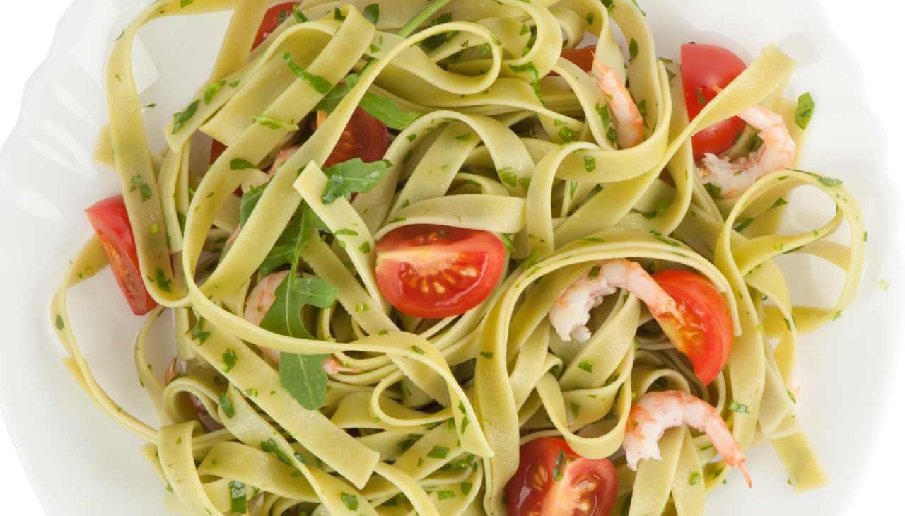 Piatto unico di pasta, verdura e pesce