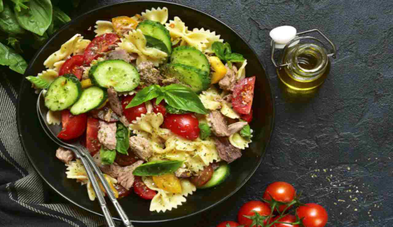 Insalata di pasta con verdure miste e tonno