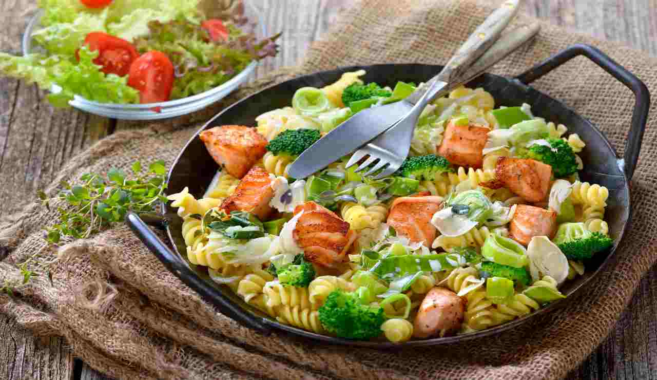 Insalata di pasta fredda con filetto di salmone grigliato e verdure