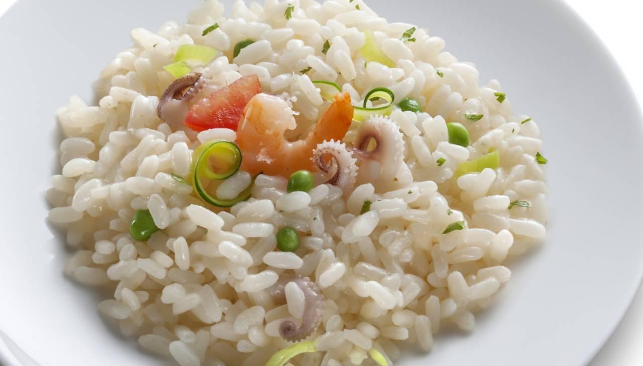 Piatto unico di riso con molluschi, crostacei e verdure