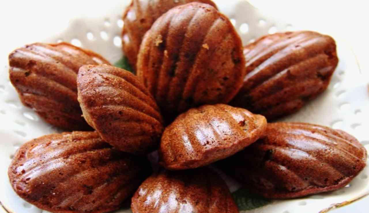 Madeleines al cacao con ripieno di salsa al caramello