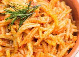 Pasta tipica sarda con salsicce e passata di pomodoro
