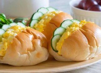 Maritozzi salati con uova filanti strapazzate e cetrioli