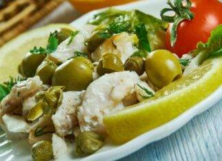 Insalata di pesce con capperi e olive