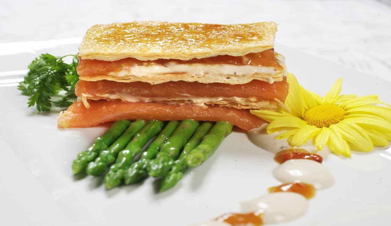 Millefoglie rustica con salmone marinato asparagi e philadelphia
