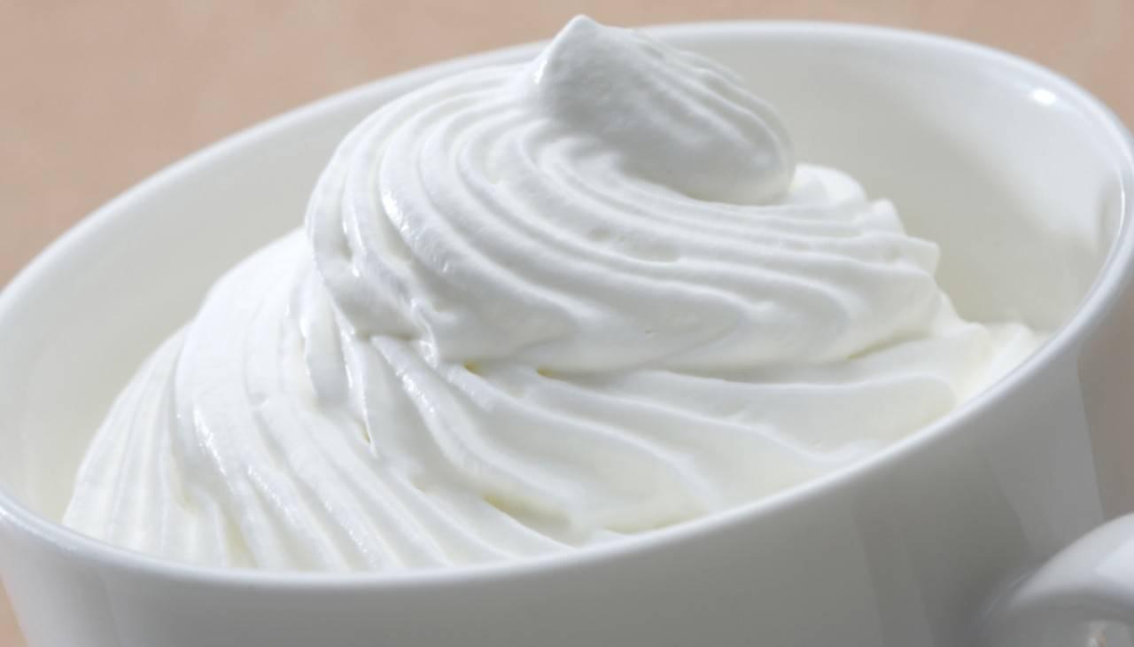 Condimento dolce con latte, olio e zucchero