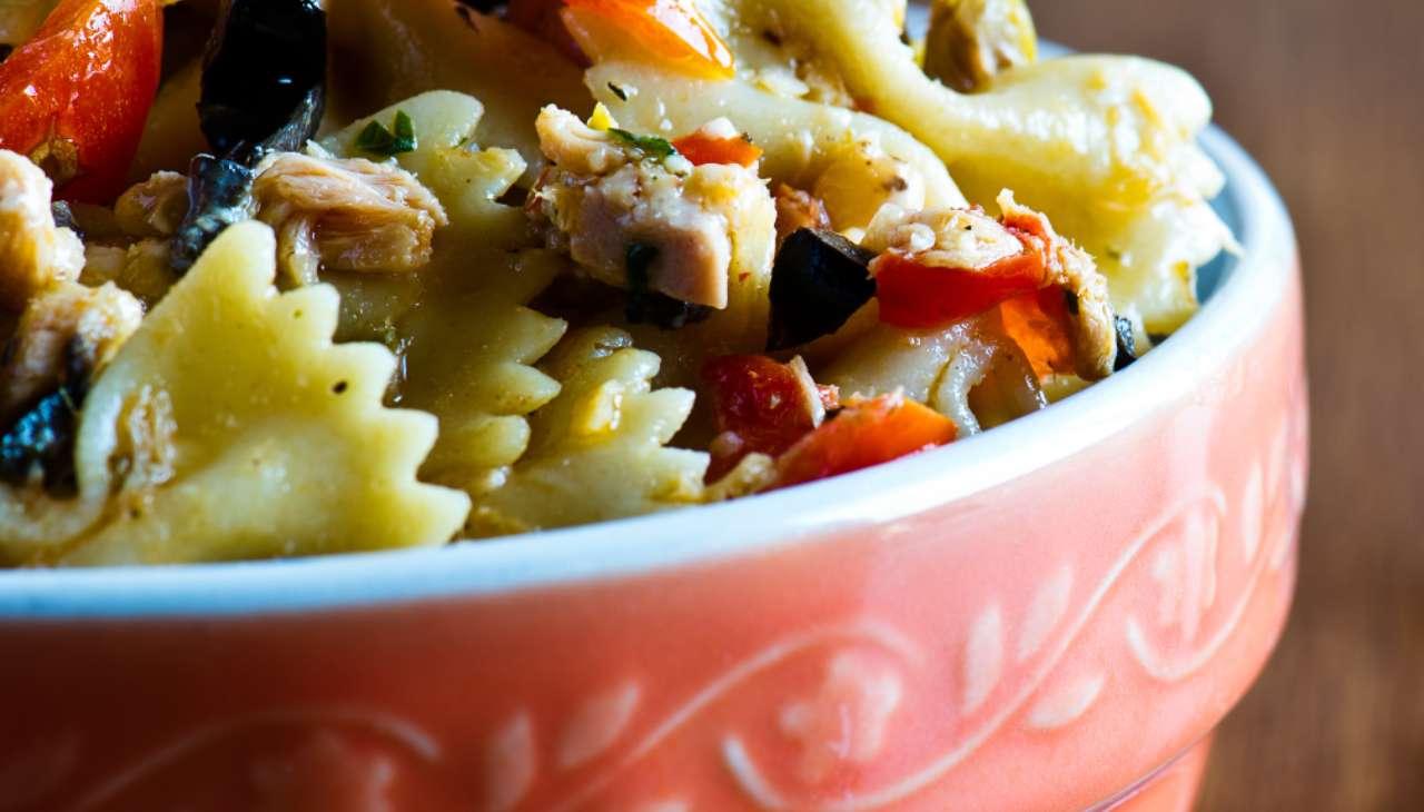Insalata di pasta con verdura e pesce