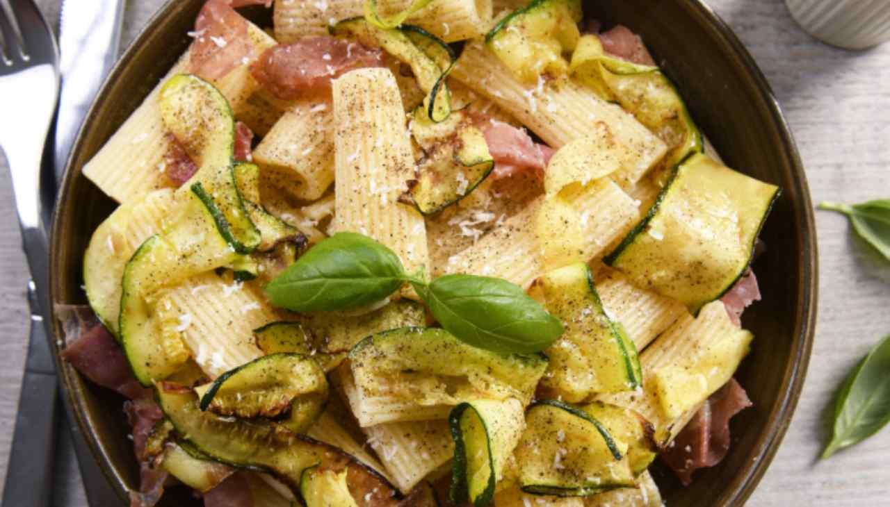 primo condito con salsa di verdura e affettato