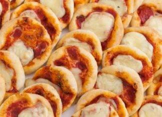 Finger food con mozzarella e pomodoro