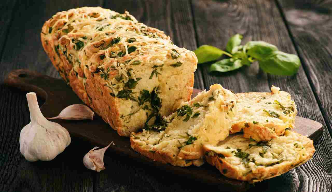 Plumcake salato cheddar mozzarella e erbe aromatiche