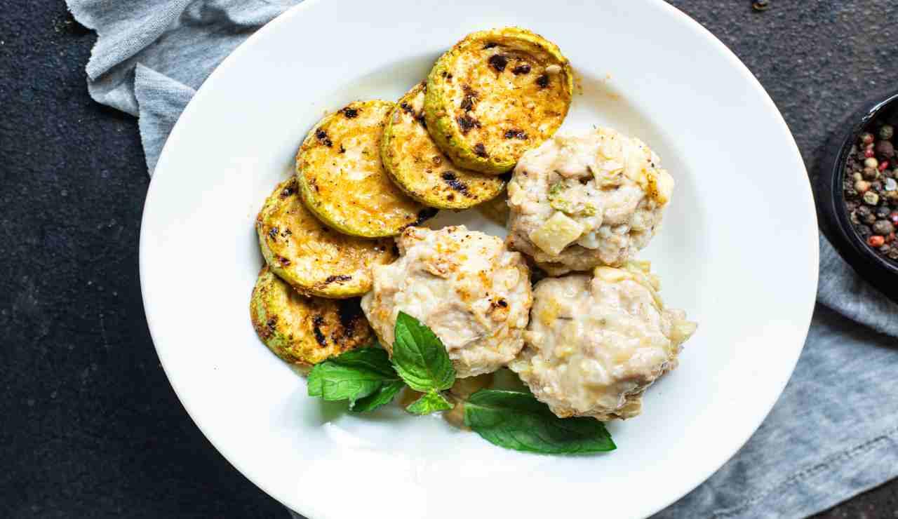 Polpette di straccetti di pollo fredde con zucchine gratinate