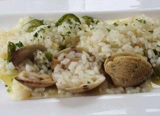 Primo di riso con molluschi e agrumi