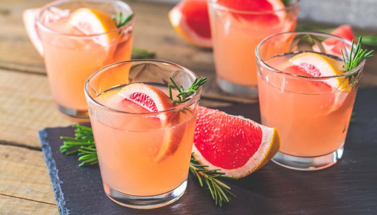 Drink con prosecco e frutta