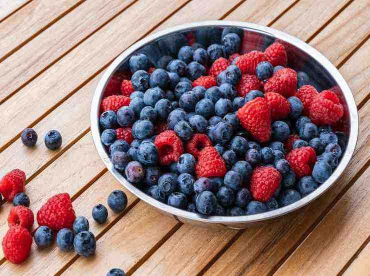Sangria bianca ai frutti di bosco FOTO ricettasprint