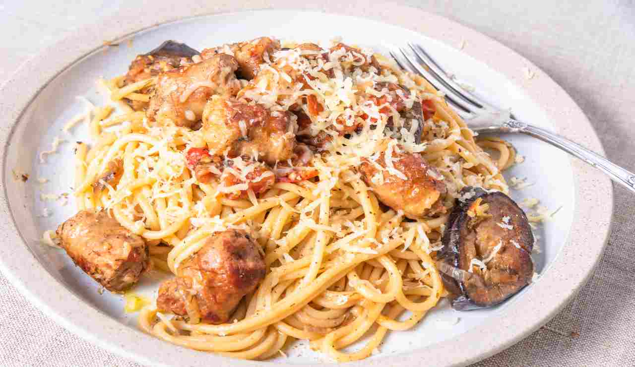 Spaghetti con cacio salsicce e melanzane
