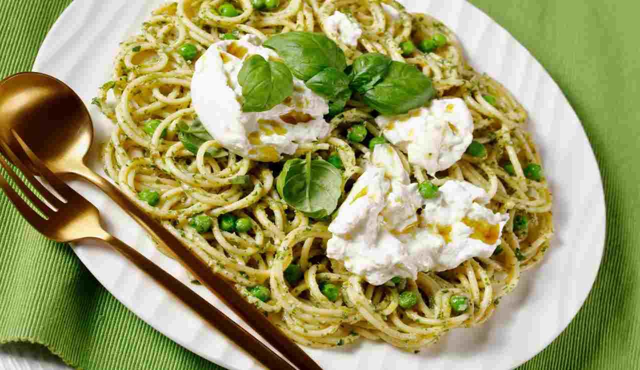Spaghetti piselli e burrata AdobeStock