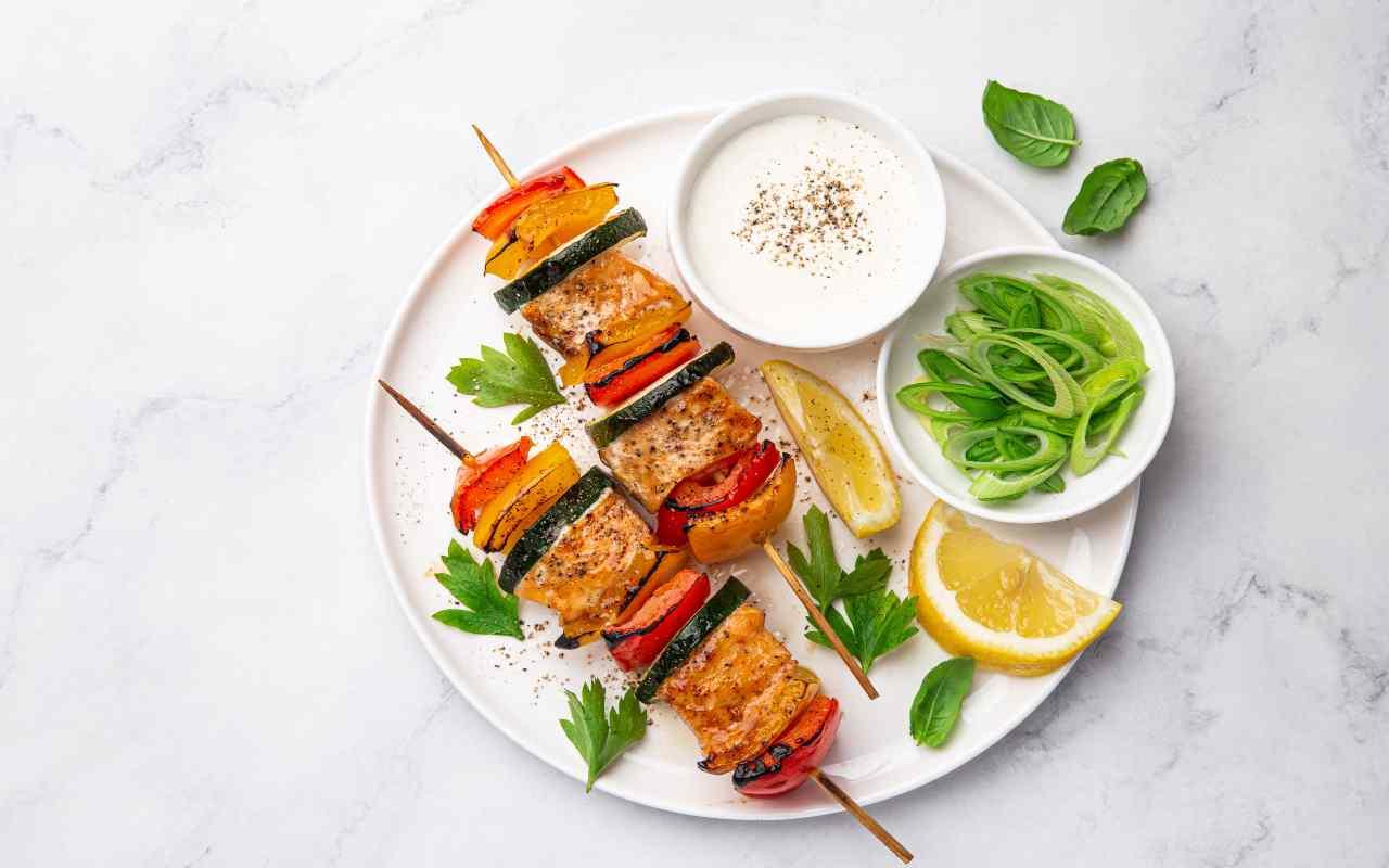spiedini salmone verdure ricetta FOTO ricettasprint