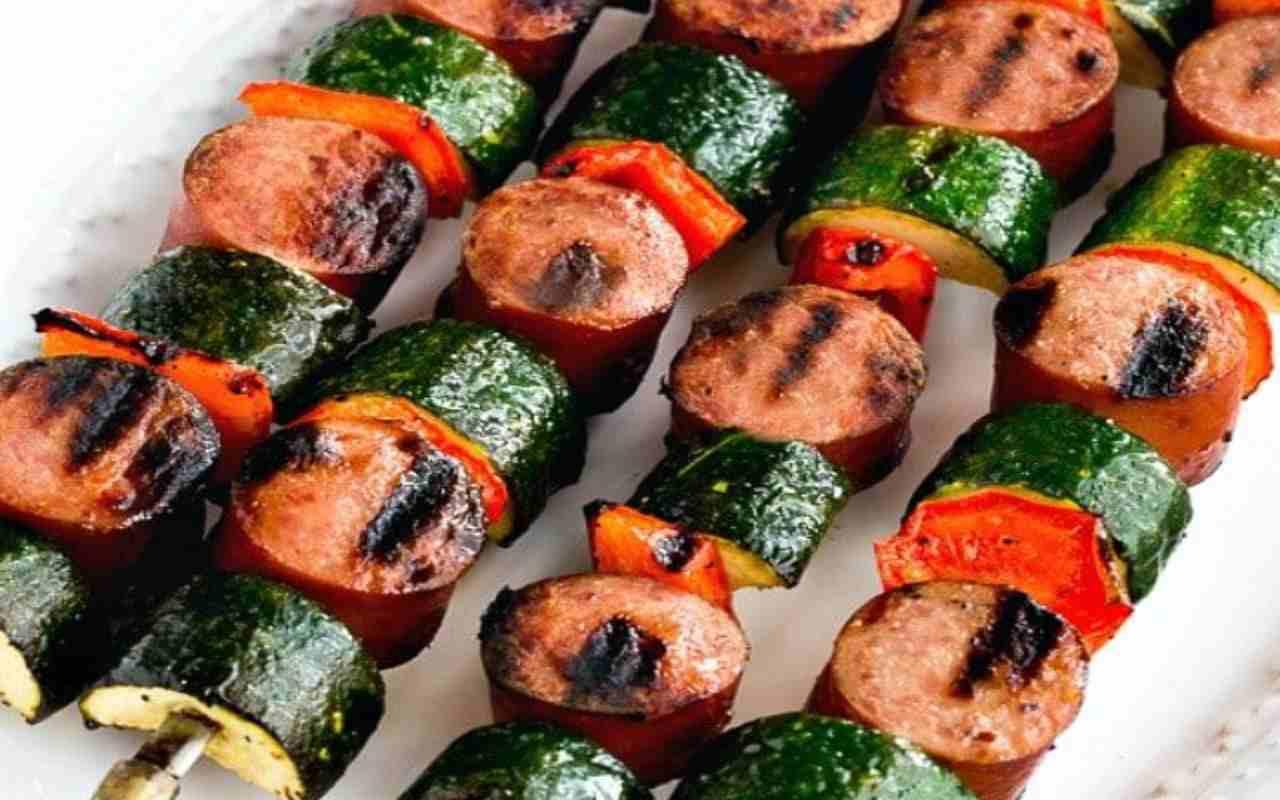 spiedini zucchine salsiccia ricetta FOTO ricettasprint