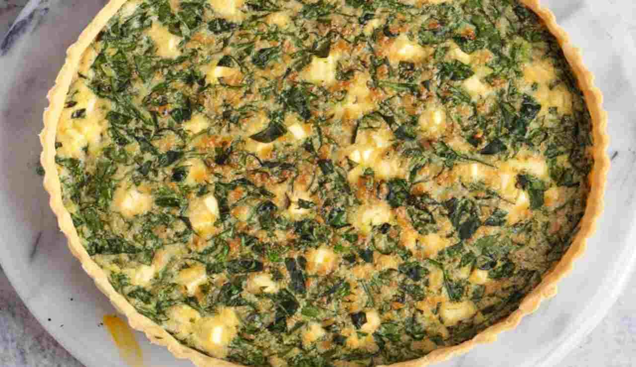 Torta salata con piselli feta e cime di rapa