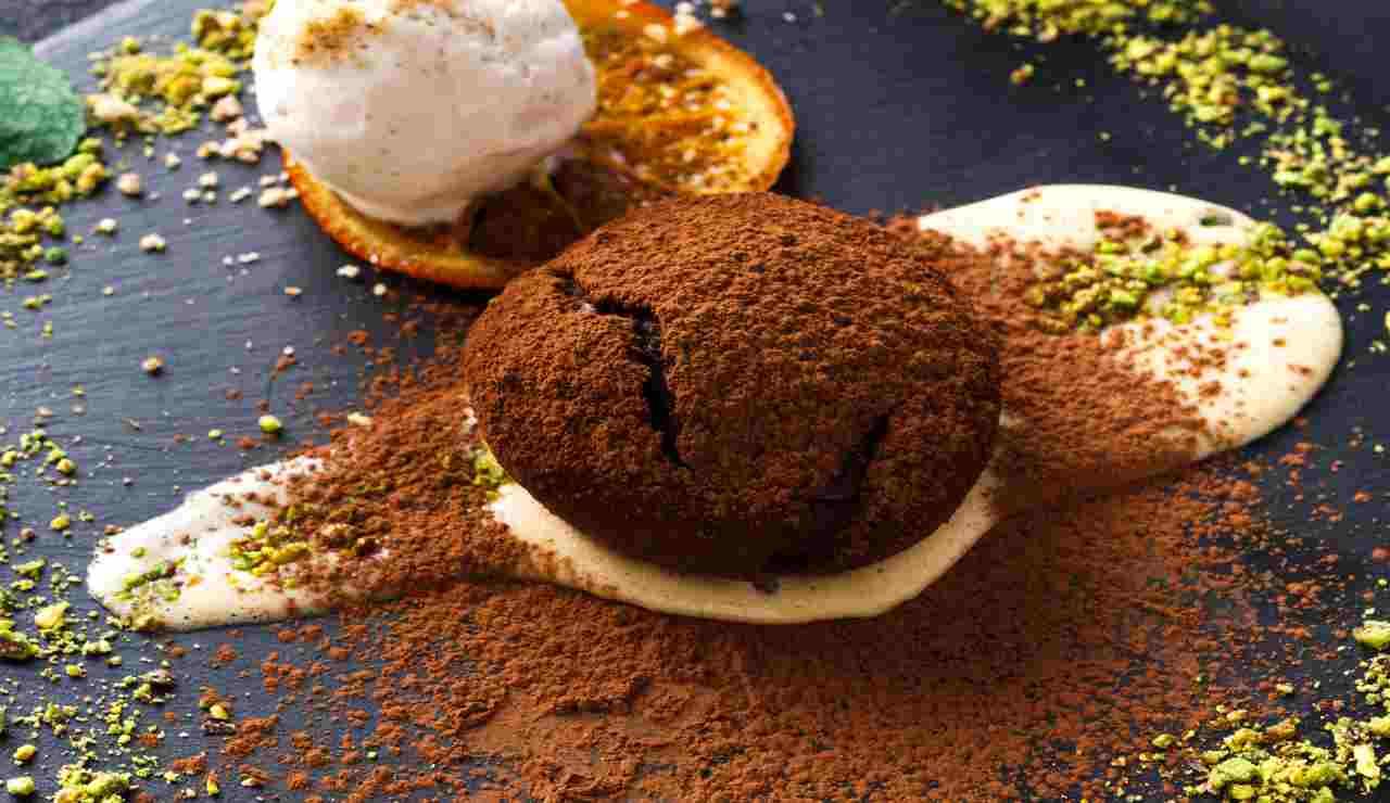 Tortini al cacao agli albumi con crema Chantilly al pistacchio