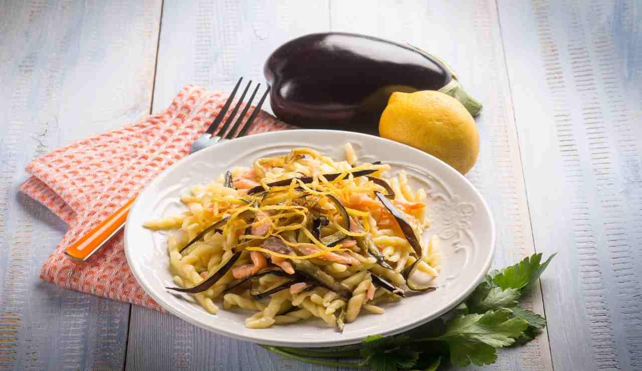 Trofie fredde al limone con melanzane e salmone