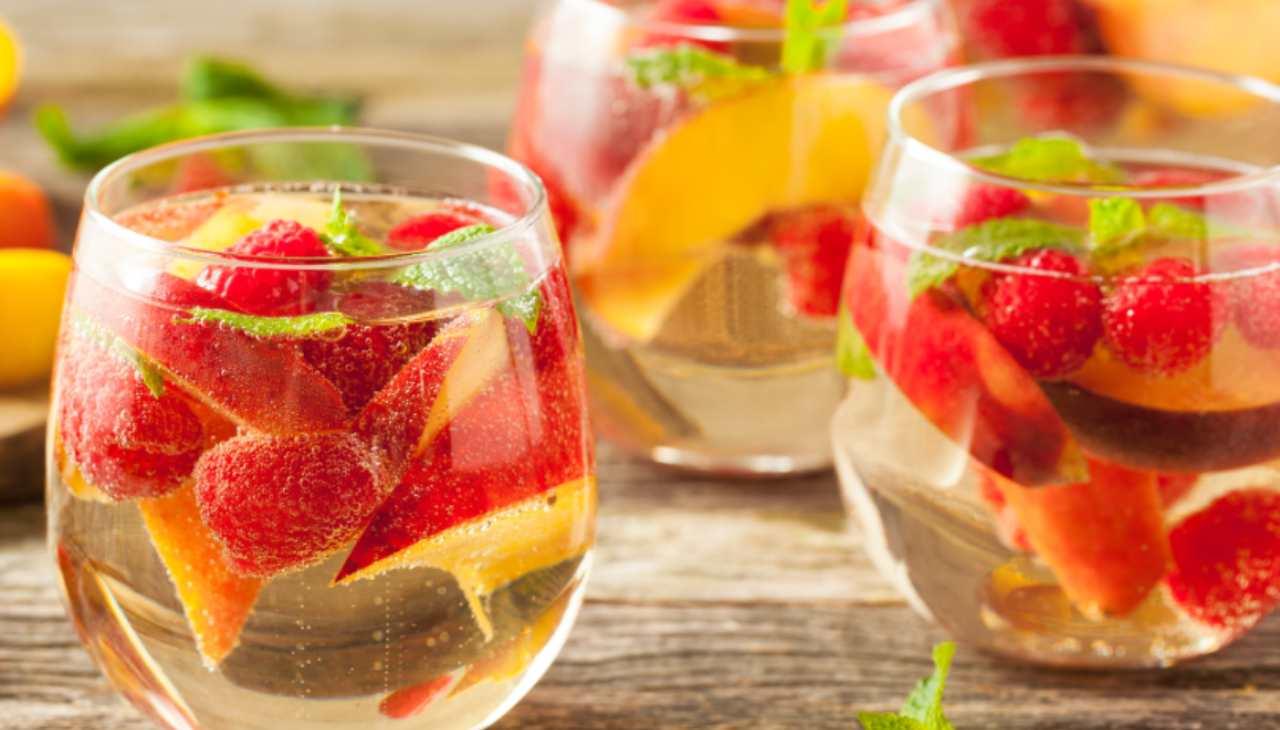 Aperitivo con vino e frutta estiva