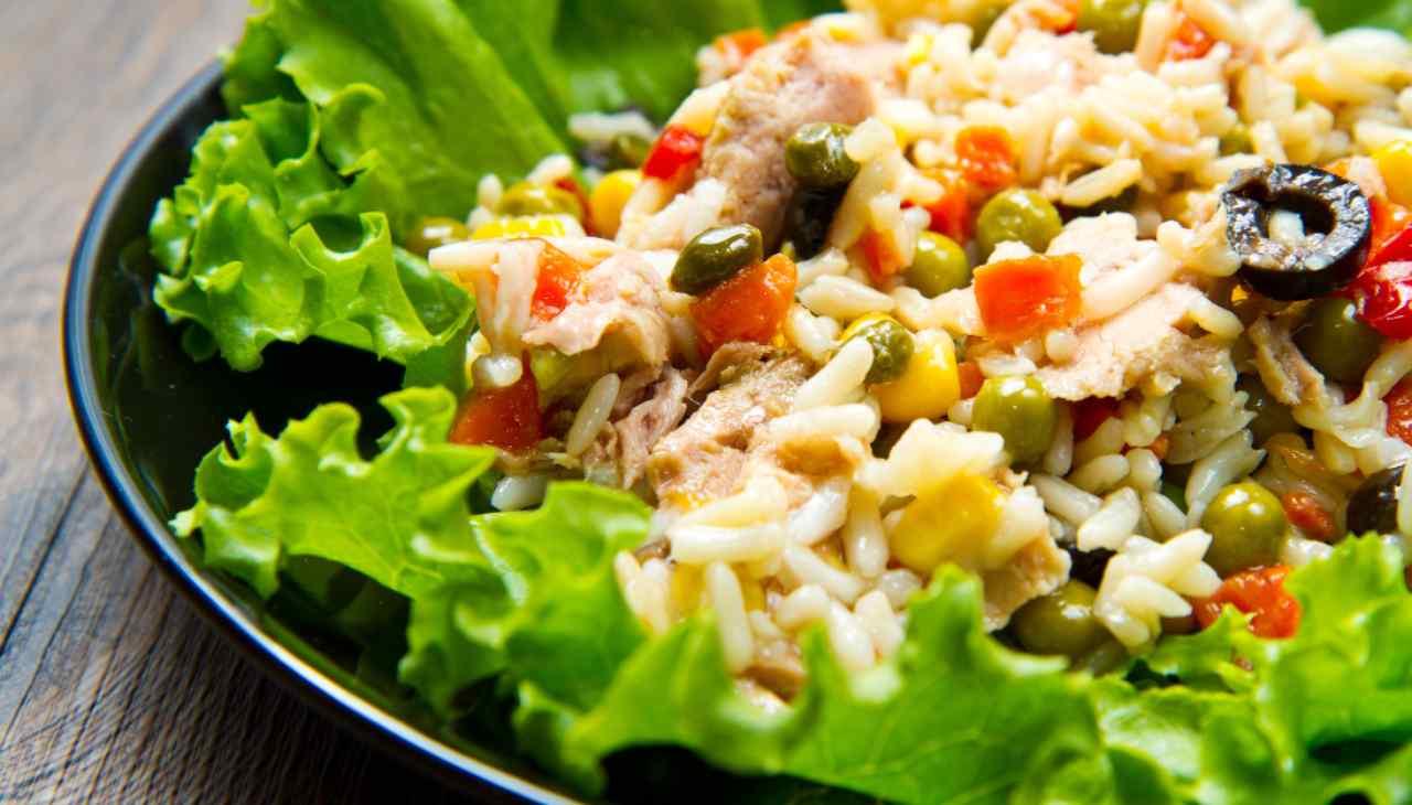 Piatto unico con chicchi di riso, affettato, formaggio e verdure