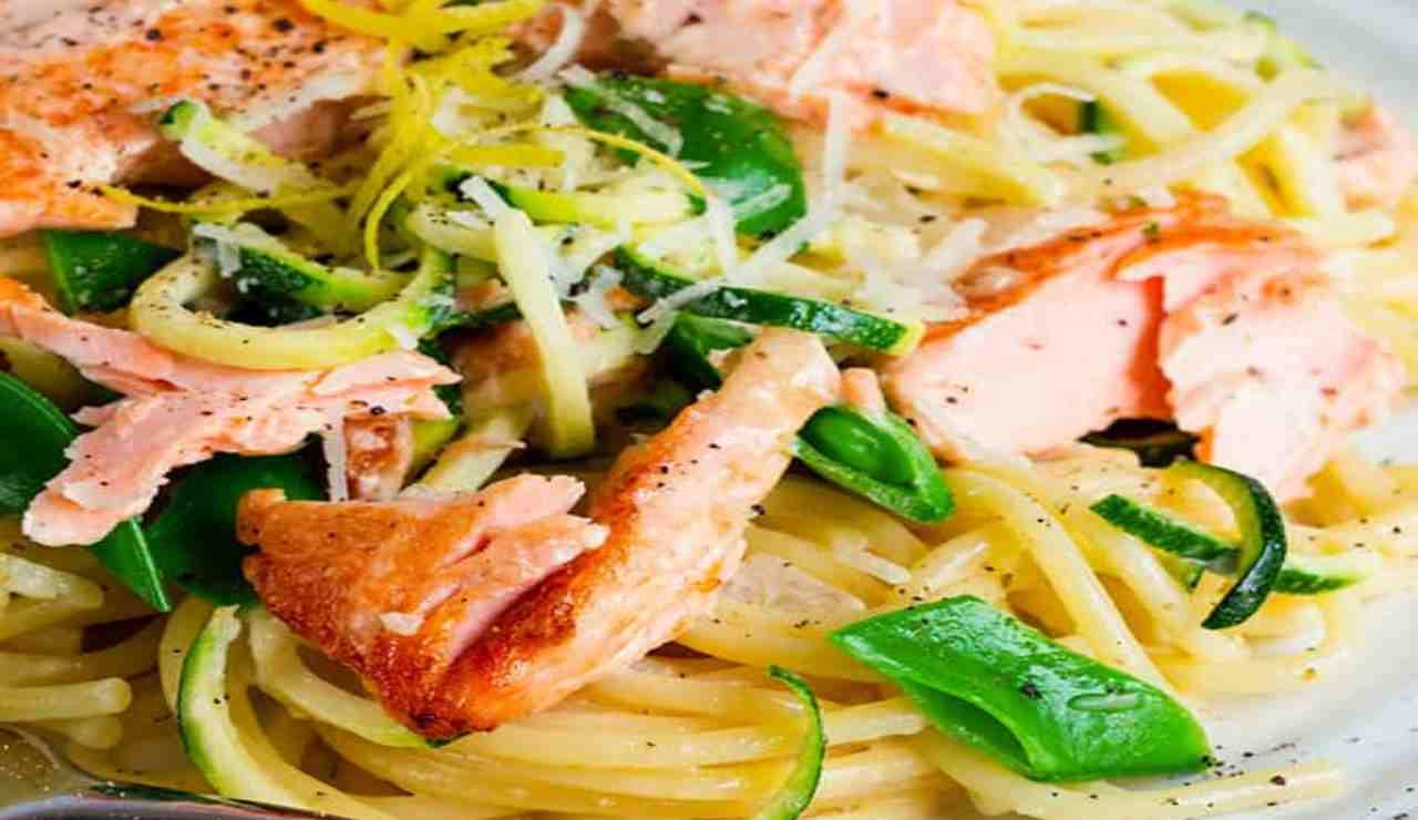 pasta con zucchine marinate salmone e menta